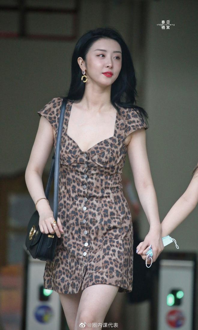 2 học trò Lisa hot nhất hôm nay: Phú bà Bắc Kinh khoe da trắng không tì vết, rapper cool ngầu gây sốt với body mảnh mai - ảnh 3