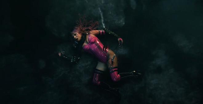Nửa đêm, Lady Gaga rủ Ariana Grande tắm mưa rồi nhảy flashmob xoay vòng trên nền nhạc cực bốc của Rain On Me nhưng xem MV chỉ toàn thấy BLACKPINK? - ảnh 1