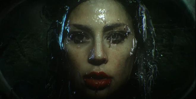 Nửa đêm, Lady Gaga rủ Ariana Grande tắm mưa rồi nhảy flashmob xoay vòng trên nền nhạc cực bốc của Rain On Me nhưng xem MV chỉ toàn thấy BLACKPINK? - ảnh 2