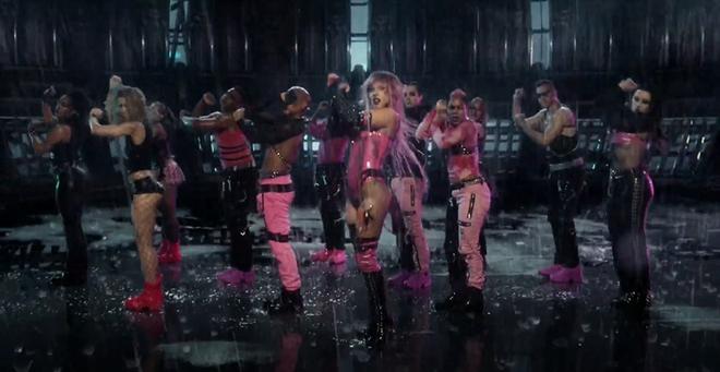 Nửa đêm, Lady Gaga rủ Ariana Grande tắm mưa rồi nhảy flashmob xoay vòng trên nền nhạc cực bốc của Rain On Me nhưng xem MV chỉ toàn thấy BLACKPINK? - ảnh 3