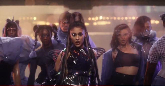 Nửa đêm, Lady Gaga rủ Ariana Grande tắm mưa rồi nhảy flashmob xoay vòng trên nền nhạc cực bốc của Rain On Me nhưng xem MV chỉ toàn thấy BLACKPINK? - ảnh 4