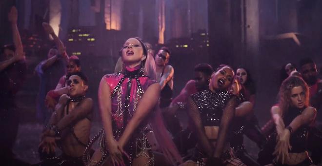 Nửa đêm, Lady Gaga rủ Ariana Grande tắm mưa rồi nhảy flashmob xoay vòng trên nền nhạc cực bốc của Rain On Me nhưng xem MV chỉ toàn thấy BLACKPINK? - ảnh 5