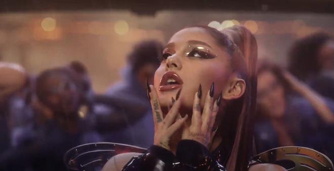 Nửa đêm, Lady Gaga rủ Ariana Grande tắm mưa rồi nhảy flashmob xoay vòng trên nền nhạc cực bốc của Rain On Me nhưng xem MV chỉ toàn thấy BLACKPINK? - ảnh 6