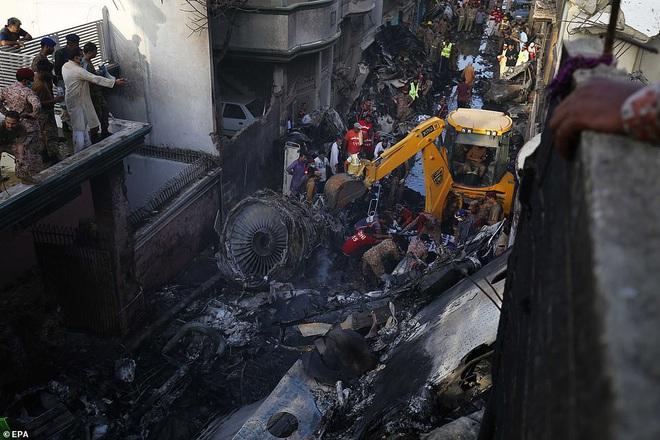 Những gì tôi thấy chỉ toàn khói, lửa và những tiếng thét tuyệt vọng: Cơn ác mộng của người may mắn sống sót sau vụ rơi máy bay Pakistan - ảnh 4