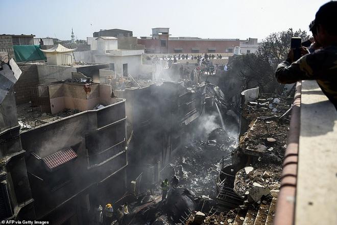 Những gì tôi thấy chỉ toàn khói, lửa và những tiếng thét tuyệt vọng: Cơn ác mộng của người may mắn sống sót sau vụ rơi máy bay Pakistan - ảnh 3