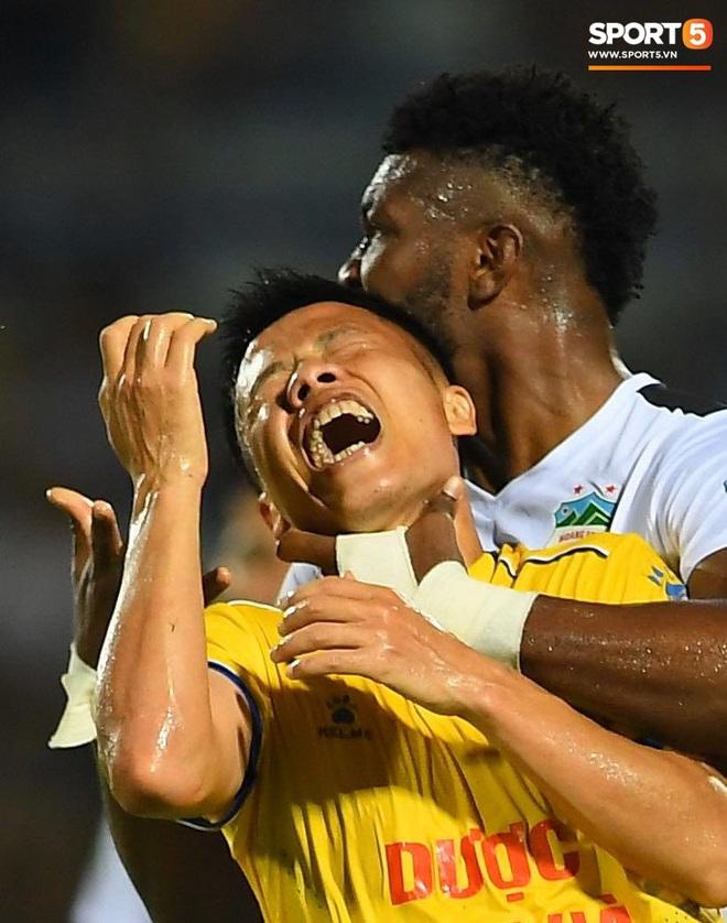 Cầu thủ HAGL ức chế, bóp cổ đối phương trong trận thua Nam Định