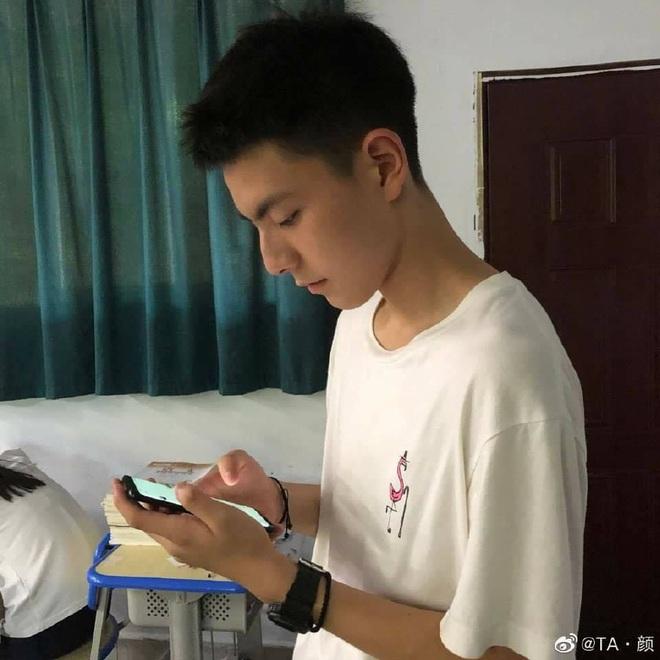 Chỉ với vài bức hình chụp lén khi học bài, nam sinh điển trai khiến hội chị em gục ngã vì góc nghiêng quá đỗi xuất sắc - ảnh 3