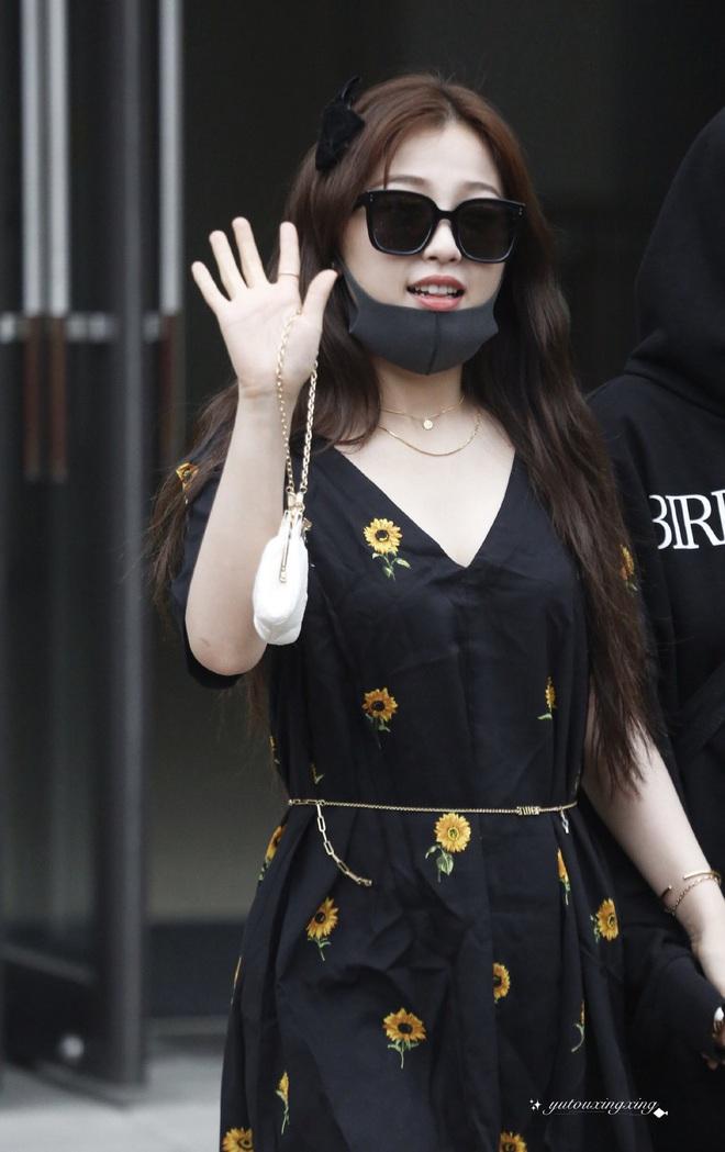"""Khéo léo chế cháo dây đeo kính Jennie thành thắt lưng, """"thánh lố"""" Ngu Thư Hân dù đeo ngược vẫn dễ thương level max - ảnh 1"""