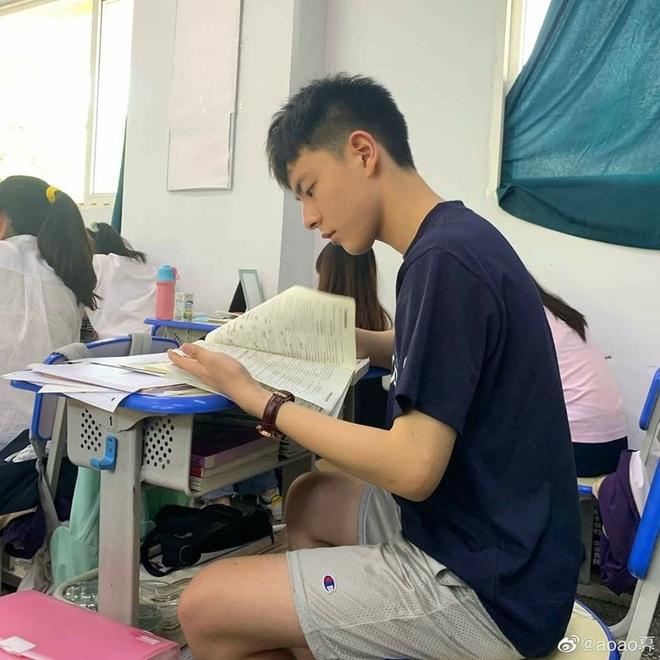 Chỉ với vài bức hình chụp lén khi học bài, nam sinh điển trai khiến hội chị em gục ngã vì góc nghiêng quá đỗi xuất sắc - ảnh 2