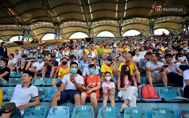 CĐV Nam Định được đo thân nhiệt và yêu cầu đeo khẩu trang vào sân trong trận đấu chuyên nghiệp đầu tiên trên thế giới có khán giả sau Covid-19 - ảnh 9