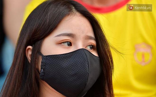 CĐV Nam Định được đo thân nhiệt và yêu cầu đeo khẩu trang vào sân trong trận đấu chuyên nghiệp đầu tiên trên thế giới có khán giả sau Covid-19 - ảnh 12