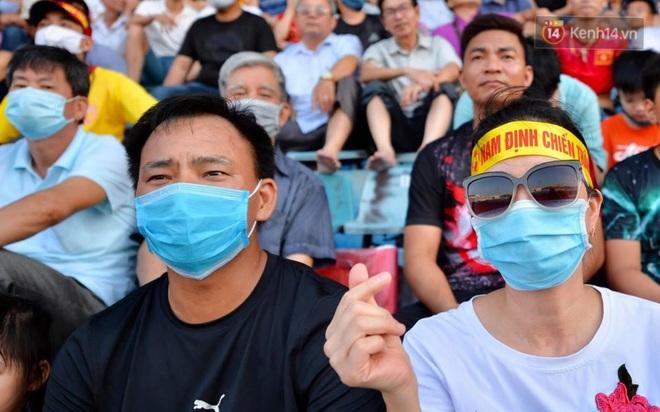 CĐV Nam Định được đo thân nhiệt và yêu cầu đeo khẩu trang vào sân trong trận đấu chuyên nghiệp đầu tiên trên thế giới có khán giả sau Covid-19 - ảnh 11