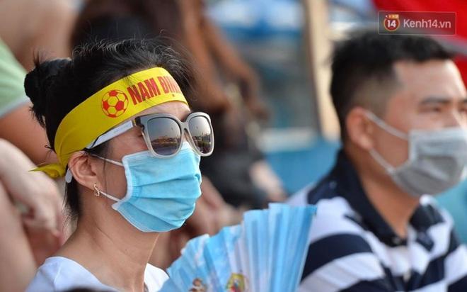 CĐV Nam Định được đo thân nhiệt và yêu cầu đeo khẩu trang vào sân trong trận đấu chuyên nghiệp đầu tiên trên thế giới có khán giả sau Covid-19 - ảnh 10