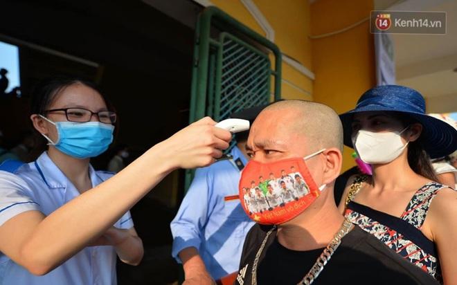 CĐV Nam Định được đo thân nhiệt và yêu cầu đeo khẩu trang vào sân trong trận đấu chuyên nghiệp đầu tiên trên thế giới có khán giả sau Covid-19 - ảnh 7