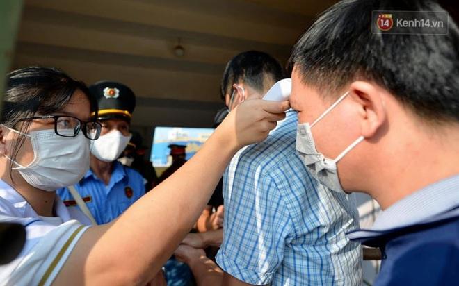 CĐV Nam Định được đo thân nhiệt và yêu cầu đeo khẩu trang vào sân trong trận đấu chuyên nghiệp đầu tiên trên thế giới có khán giả sau Covid-19 - ảnh 4