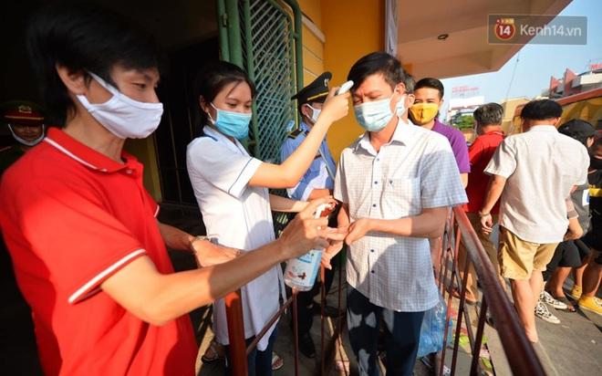 CĐV Nam Định được đo thân nhiệt và yêu cầu đeo khẩu trang vào sân trong trận đấu chuyên nghiệp đầu tiên trên thế giới có khán giả sau Covid-19 - ảnh 3