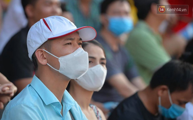 CĐV Nam Định được đo thân nhiệt và yêu cầu đeo khẩu trang vào sân trong trận đấu chuyên nghiệp đầu tiên trên thế giới có khán giả sau Covid-19 - ảnh 8