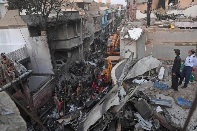 Thi thể văng ra khỏi máy bay: Nhân chứng kể lại khoảnh khắc xảy ra thảm kịch rơi máy bay Pakistan và nỗ lực cứu 1 người sống sót - ảnh 1