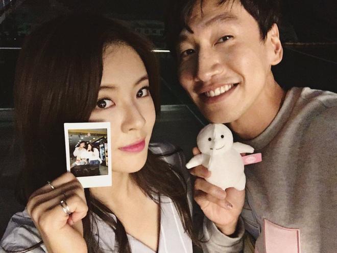 Bản sao bốc lửa của Song Hye Kyo bị hỏi về anh bạn trai Lee Kwang Soo ngay tại họp báo, đặc biệt hơn là danh tính người trêu - ảnh 6