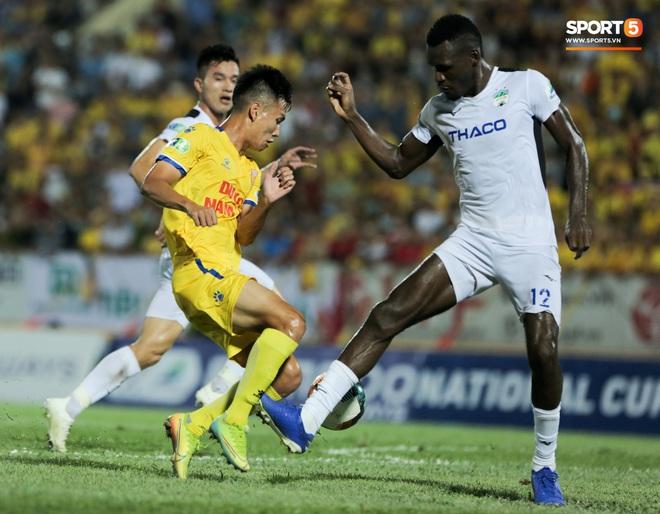Tiền đạo nhập tịch nổi giận, quát tháo cựu tuyển thủ U23 Việt Nam ngay trên sân: Cậu ta quá tham lam - ảnh 1