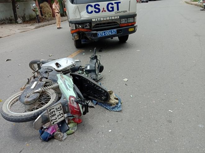 Xe máy va chạm với xe cảnh sát giao thông, hai mẹ con nguy kịch - ảnh 1