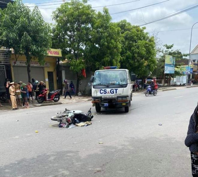 Xe máy va chạm với xe cảnh sát giao thông, hai mẹ con nguy kịch - ảnh 2