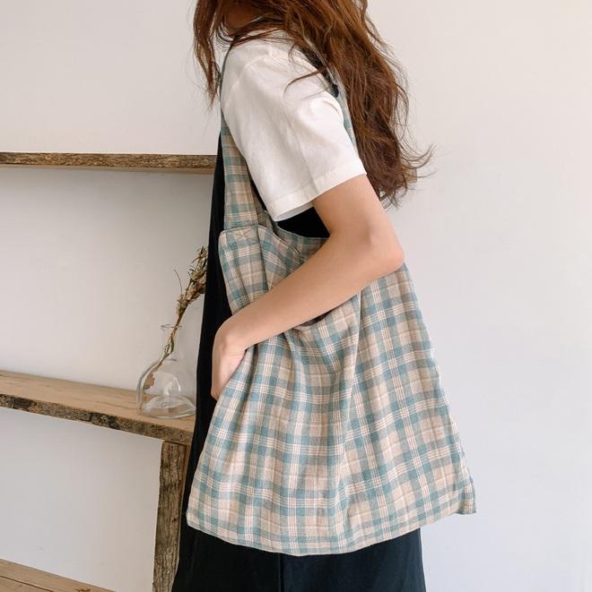 Hè này không cần điên cuồng sắm nhiều túi xách, chị em cứ đầu tư vào đúng 3 mẫu túi này là mặc đẹp trong mọi hoàn cảnh - ảnh 5