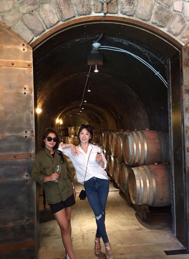 Khác với hình ảnh kín đáo thường thấy, Song Hye Kyo cứ đi du lịch là quẩy đồ gợi cảm hơn hẳn - ảnh 6