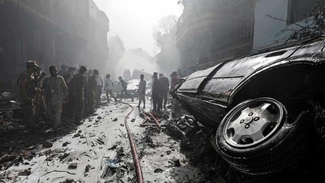 Thi thể văng ra khỏi máy bay: Nhân chứng kể lại khoảnh khắc xảy ra thảm kịch rơi máy bay Pakistan và nỗ lực cứu 1 người sống sót - ảnh 2