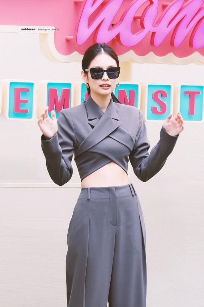 Kiểu áo váy khoét lưng gợi cảm na ná áo Jennie đang cực hot ở các shop mà giá lại chỉ vài ba trăm, chị em còn chờ gì mà không tậu - ảnh 1