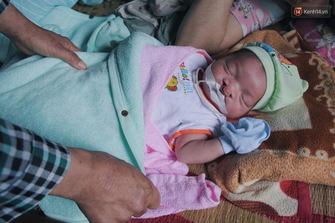 Xót cảnh bé trai 3 tháng tuổi không biết mặt bố, vừa chào đời đã mắc bệnh tim, hở hàm ếch sống bên người mẹ khù khờ - Ảnh 3.