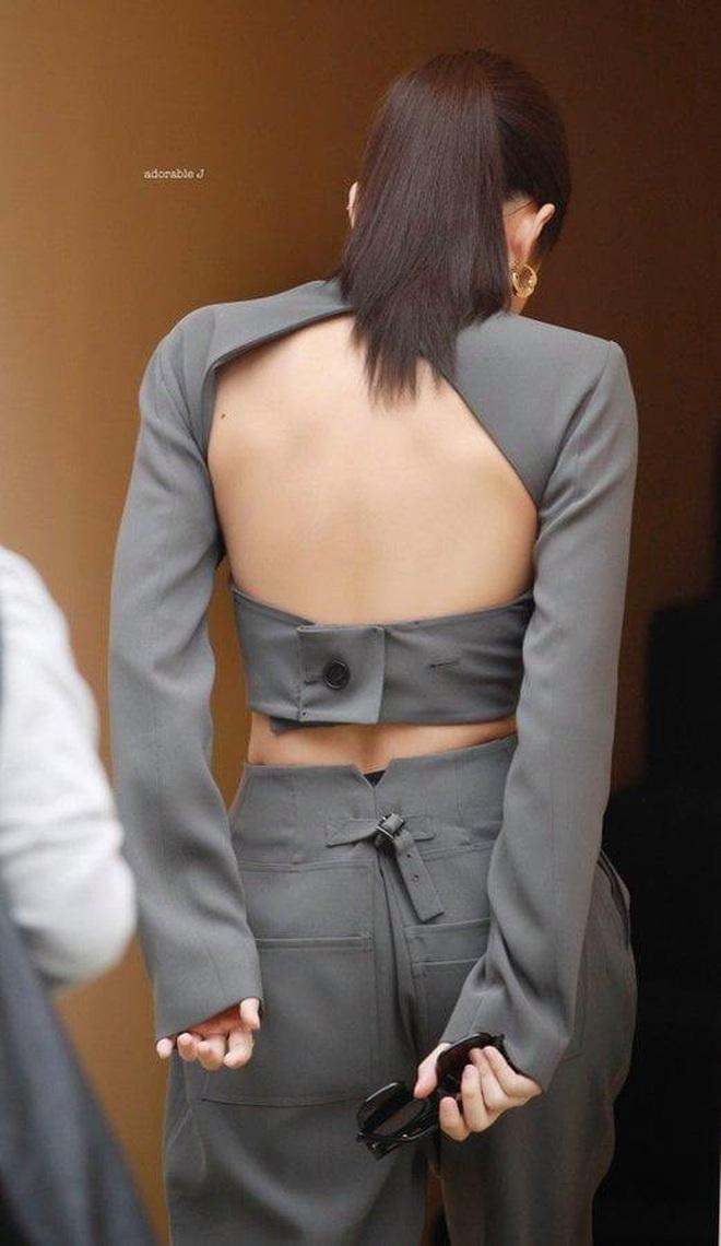 Kiểu áo váy khoét lưng gợi cảm na ná áo Jennie đang cực hot ở các shop mà giá lại chỉ vài ba trăm, chị em còn chờ gì mà không tậu - ảnh 2
