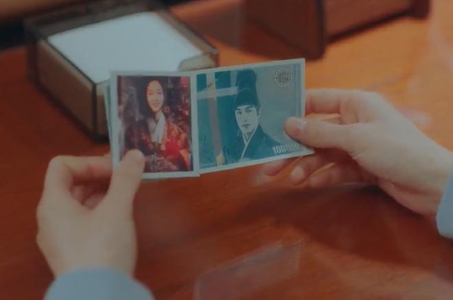 Cười quỳ khi soi ra bức ảnh Kim Go Eun (Quân Vương Bất Diệt) lên đồ hoàng hậu là chụp với poster ghẻ của Kingdom, nghĩ mà tức luôn á! - ảnh 2