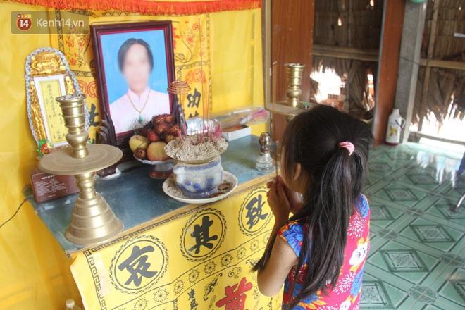 Bố mất được 2 năm thì mẹ qua đời, đứa trẻ 7 tuổi côi cút bên bàn thờ đợi anh chị đi làm thuê kiếm tiền về trả nợ - ảnh 4