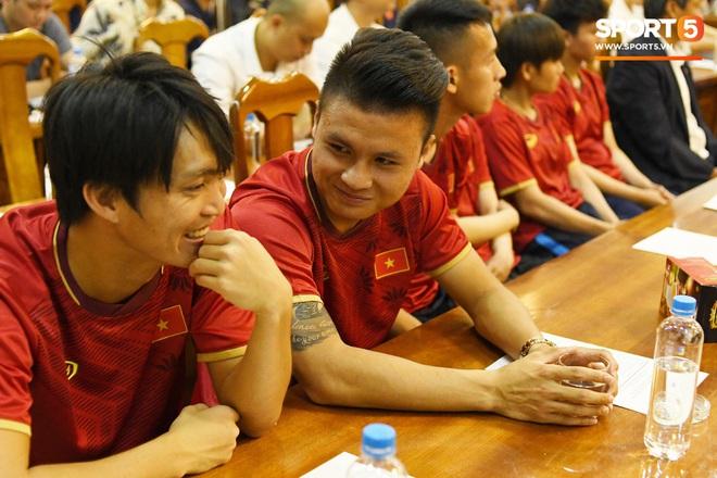 Tuấn Anh tán gẫu cực vui cùng các nữ tuyển thủ, Quang Hải gặp sự cố lạc đường hài hước trong phòng họp báo - ảnh 3