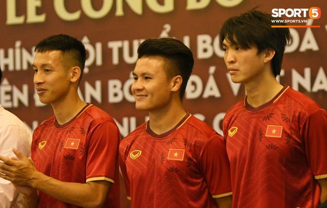 Tuấn Anh tán gẫu cực vui cùng các nữ tuyển thủ, Quang Hải gặp sự cố lạc đường hài hước trong phòng họp báo - ảnh 1