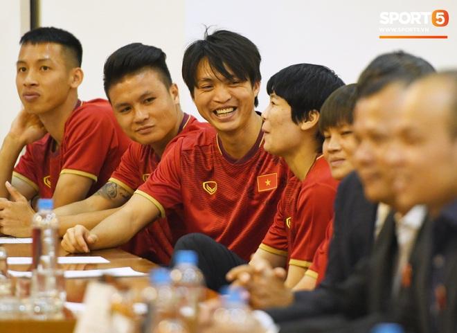 Tuấn Anh tán gẫu cực vui cùng các nữ tuyển thủ, Quang Hải gặp sự cố lạc đường hài hước trong phòng họp báo - ảnh 2