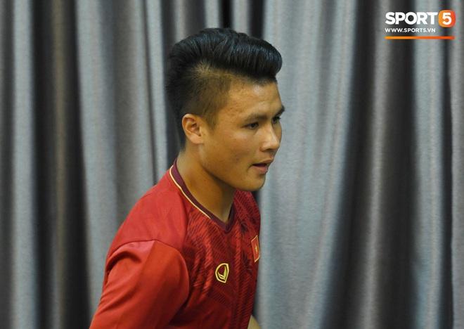 Tuấn Anh tán gẫu cực vui cùng các nữ tuyển thủ, Quang Hải gặp sự cố lạc đường hài hước trong phòng họp báo - ảnh 4