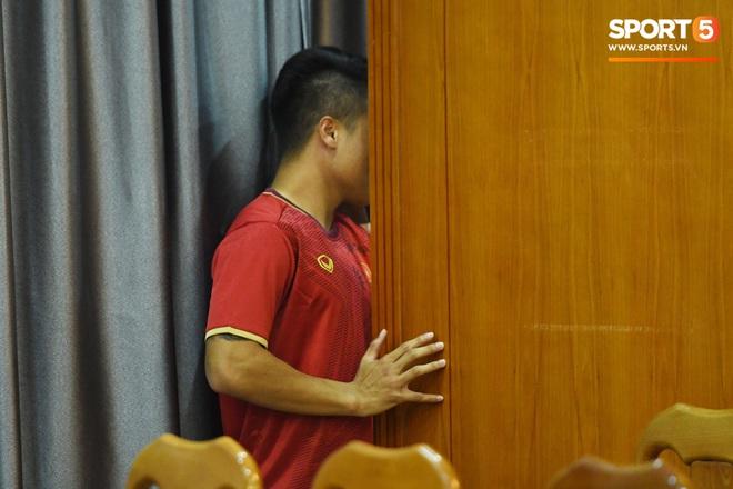 Tuấn Anh tán gẫu cực vui cùng các nữ tuyển thủ, Quang Hải gặp sự cố lạc đường hài hước trong phòng họp báo - ảnh 5