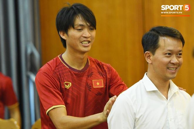 Tuấn Anh tán gẫu cực vui cùng các nữ tuyển thủ, Quang Hải gặp sự cố lạc đường hài hước trong phòng họp báo - ảnh 7