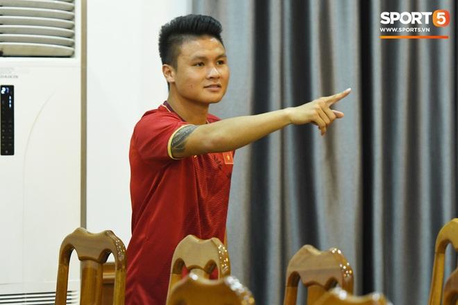 Tuấn Anh tán gẫu cực vui cùng các nữ tuyển thủ, Quang Hải gặp sự cố lạc đường hài hước trong phòng họp báo - ảnh 6
