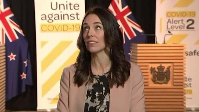 Đang phỏng vấn gặp động đất, thủ tướng New Zealand mặt không biến sắc - ảnh 1