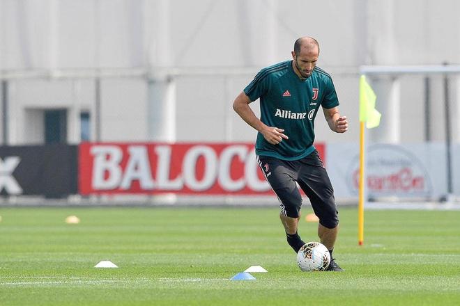 Ronaldo cơ chân săn chắc trong trạng thái bộc phá, thế mới thấy tập luyện ở nhà vì Covid-19 chưa bao giờ là vấn đề với anh - ảnh 2