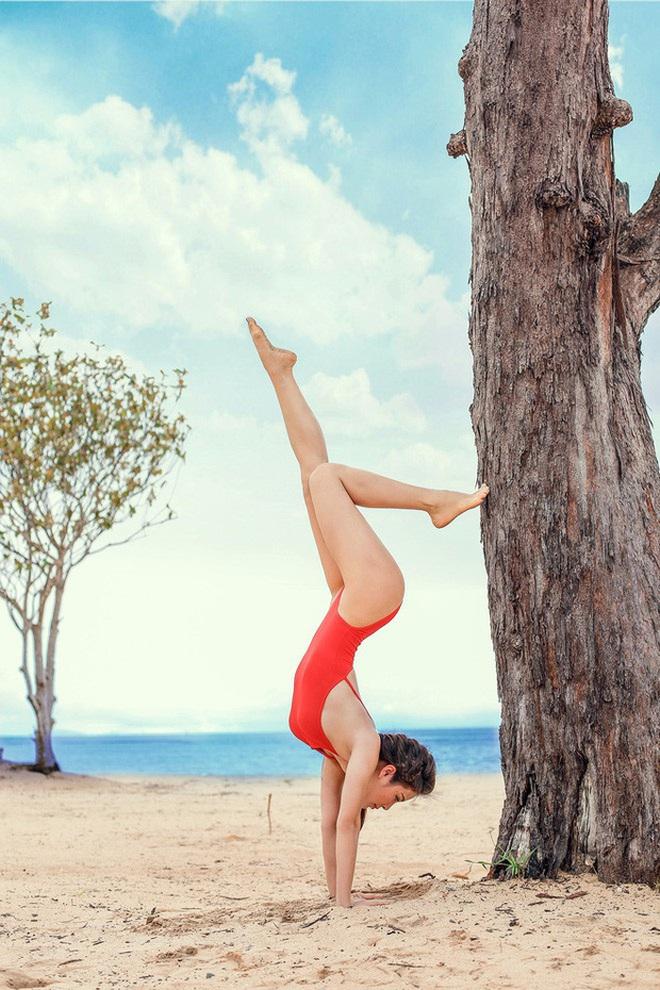 """Chi Pu mới ngày nào còn ngã nhào khi yoga """"trồng cây chuối"""" mà giờ đã sắp thuần thục lắm rồi đây - Ảnh 1."""