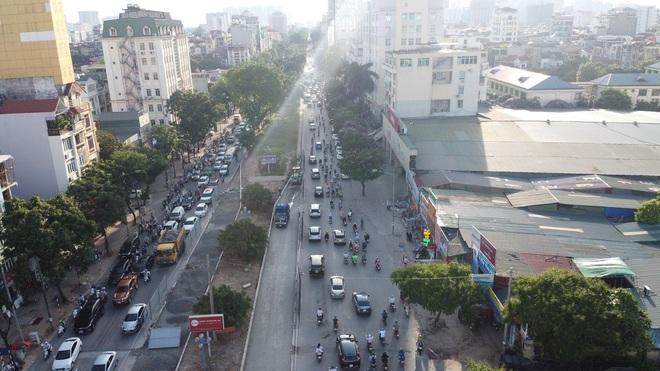 """Hà Nội: Giao thông ùn tắc, người đi bộ """"chặn đầu"""" xe buýt tại nút giao đang thi công đường vành đai 2,5 - ảnh 1"""