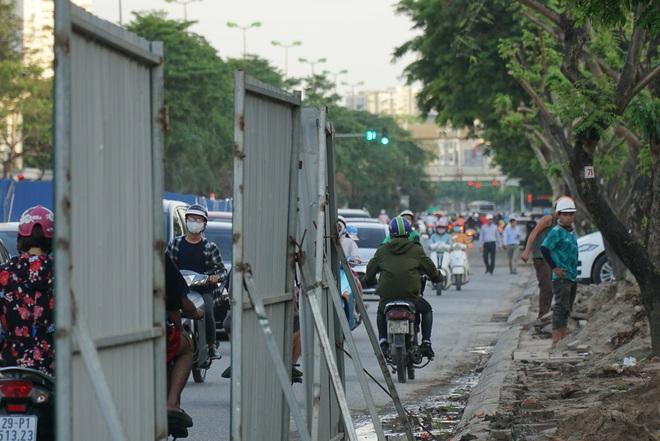 """Hà Nội: Giao thông ùn tắc, người đi bộ """"chặn đầu"""" xe buýt tại nút giao đang thi công đường vành đai 2,5 - ảnh 10"""