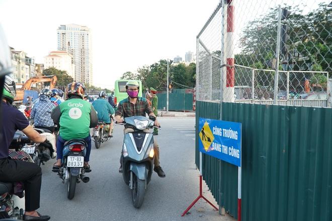 """Hà Nội: Giao thông ùn tắc, người đi bộ """"chặn đầu"""" xe buýt tại nút giao đang thi công đường vành đai 2,5 - ảnh 11"""
