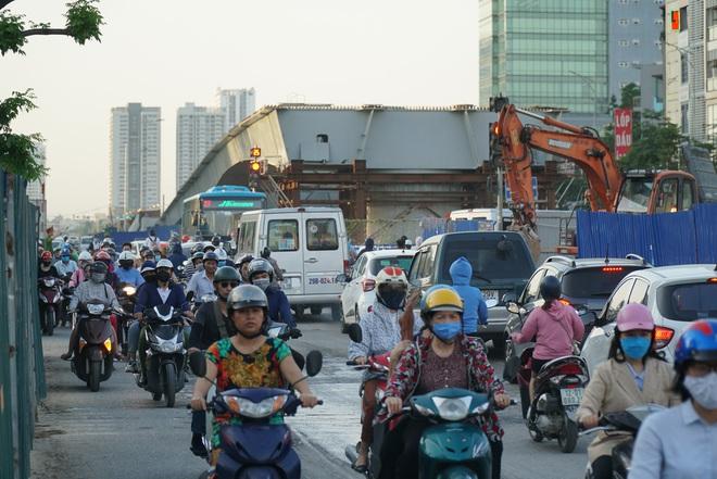 """Hà Nội: Giao thông ùn tắc, người đi bộ """"chặn đầu"""" xe buýt tại nút giao đang thi công đường vành đai 2,5 - ảnh 12"""