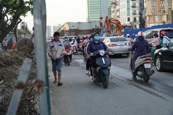 """Hà Nội: Giao thông ùn tắc, người đi bộ """"chặn đầu"""" xe buýt tại nút giao đang thi công đường vành đai 2,5 - ảnh 13"""