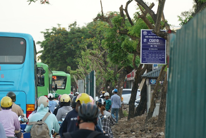 """Hà Nội: Giao thông ùn tắc, người đi bộ """"chặn đầu"""" xe buýt tại nút giao đang thi công đường vành đai 2,5 - ảnh 14"""